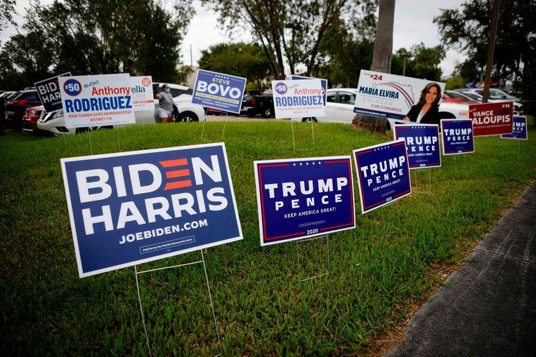 Bordjes voor zowel Biden als Trump, en andere lokale kandidaten, aan de Westchester-bibliotheek in Miami, Florida, de absolute strijdstaat dit jaar. Beeld AFP