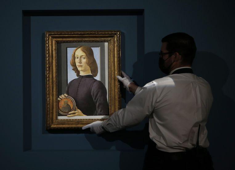 Het geveilde werk van Botticelli toont een jongeman met een medaillon. Beeld Photo News