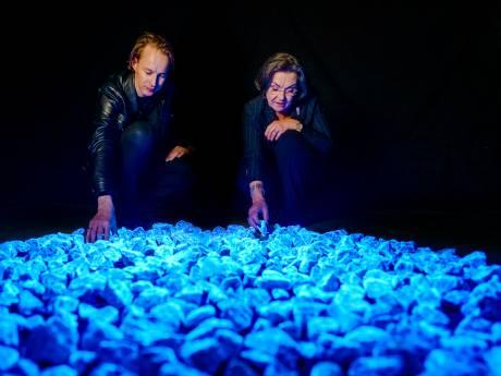 Pijnacker wordt overspoeld met tienduizenden lichtgevende stenen voor dodenherdenking