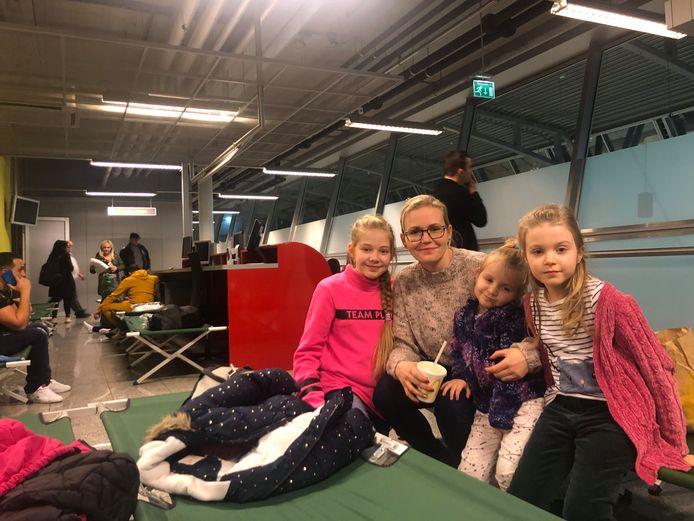 Eindhoven Airport zette veldbedden op voor in de mist gestrande reizigers op Nieuwjaar, zoals de Poolse familie Bancarz.