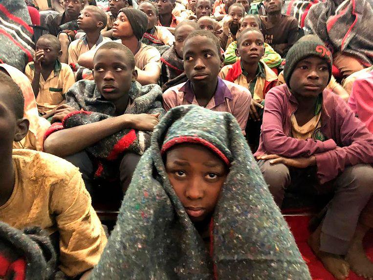 Een groep schooljongens  op vrijdag 18 december 2020 in Katsina, Nigeria, na hun vrijlating. Beeld Sunday Alamba, AP Photo