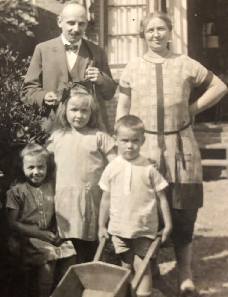 Met zijn pleegouders en twee zussen. Beeld -