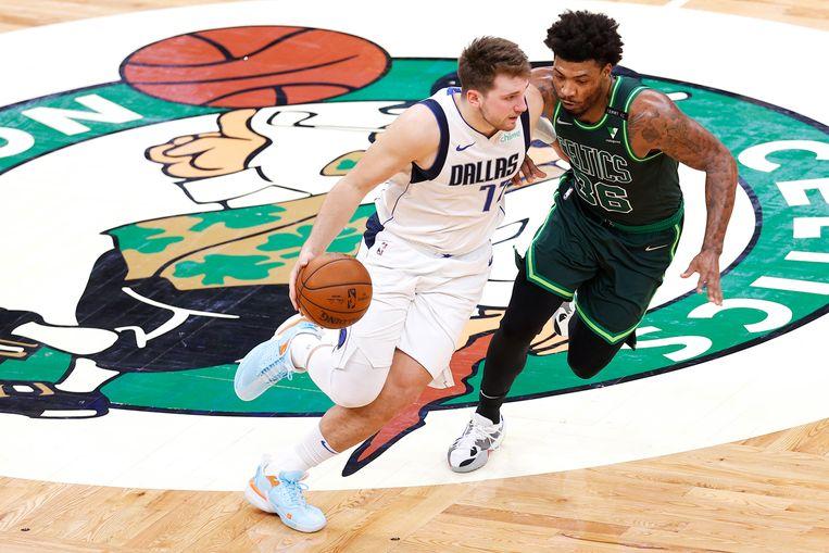 Luka Dončić in maart in actie tegen Marcus Smart van de Boston Celtics Beeld Getty Images