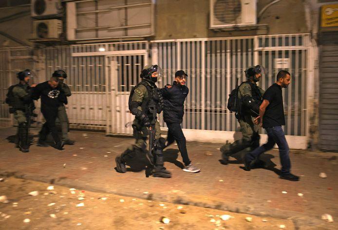 Forces israéliennes interpellant des Arabes israéliens à Lod, le 13 mai.