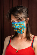 Ontwerpsetr Tatjana Kiriënko met een van de mondmaskers uit haar collectie.