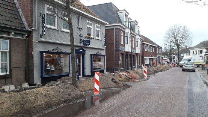 Klanten van bakker en slager bereiken via een loopplank de winkel: Brabant Water is de waterleiding aan het vervangen in Moergestel.