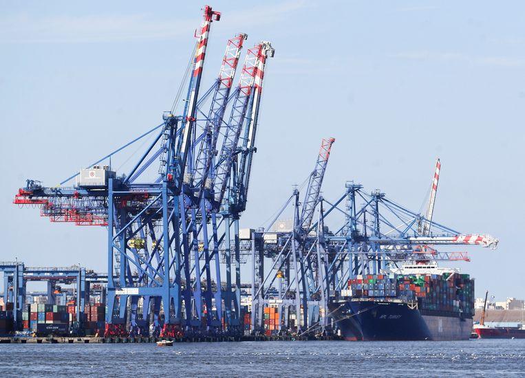 Dit containerschip kwam wel gewoon door het Suezkanaal. Beeld REUTERS