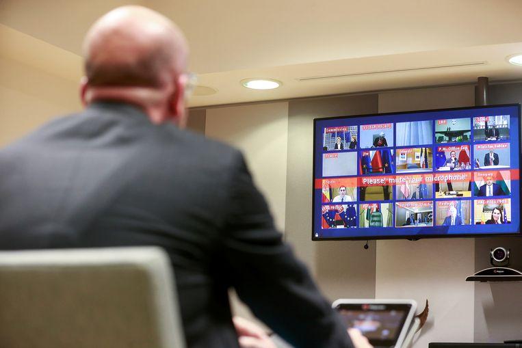 Een bijzondere Europese Raad vanavond: voorzitter Charles Michel (op de rug gezien) overlegde per videoverbinding met alle 27 regeringsleiders (plus commissievoorzitter Von der Leyen en ECB-president Lagarde) over het coronavirus.  Beeld POOL EPA