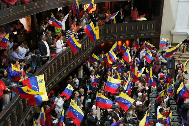 Leden van de Grondwetgevende Vergadering zwaaien met Venezolaanse vlaggetjes. Beeld AP