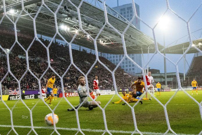 Nick Venema maakt de 5-0 tegen De Graafschap.