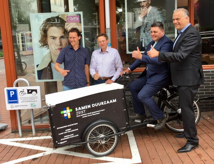 Wethouder Wouter Catsburg (rechts), samen met Michel van Harskamp (op de fiets) filiaalmanager Jumbo, links op de foto Maarten Venselaar, bedenker van het initiatief met naast hem Arnout van Dijk van Samen Duurzaam Zeist.