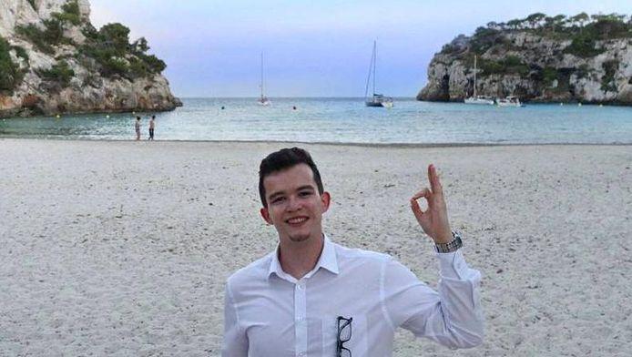 Joe Furness geniet van een dagje strand in Spanje