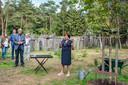 Marijke Wagenaar-Van Oss voert het woord op de Joodse begraafplaats, waar veel van haar familieleden te rusten zijn gelegd.