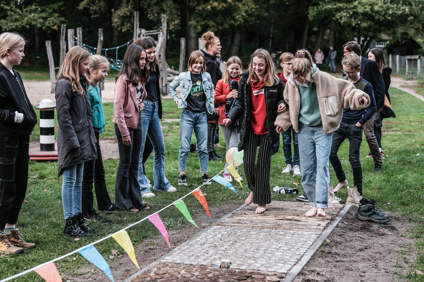 Iedereen wil de nieuwe speelvoorziening meteen uitproberen na de opening op Koekendaal in Doetinchem.
