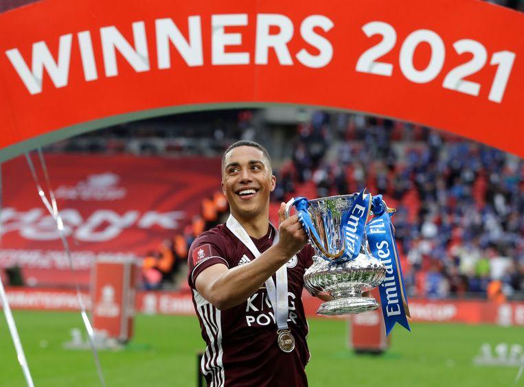 Leicester City-middenvelder Youri Tielemans toont trots zijn eerste FA Cup in Wembley, Londen. Beeld AP