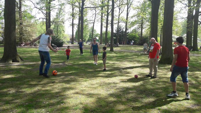 Familiebezoek uit Alphen en dan ga je lekker een potje voetballen samen.