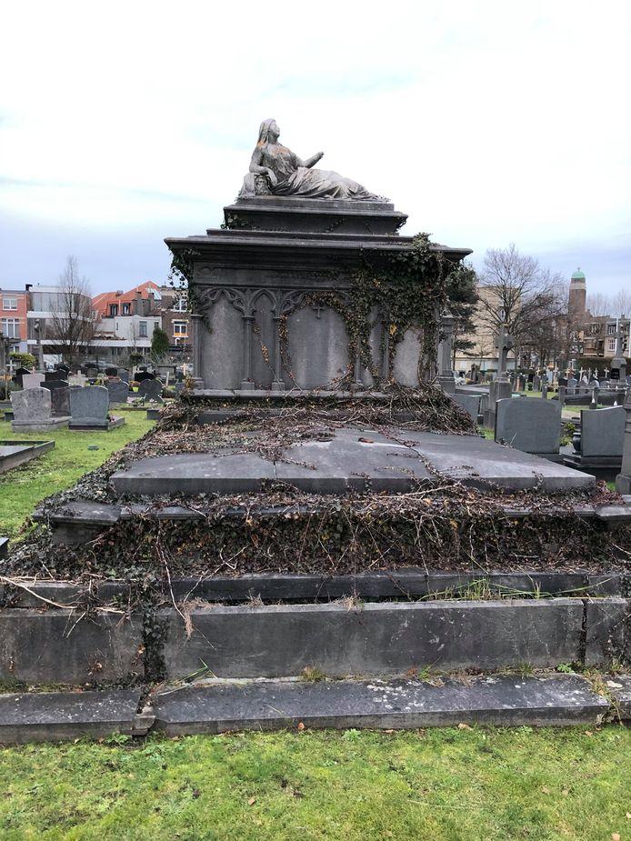 Soms is er wat opknapwerk aan, maar de historische waarde van de grafmonumenten, hier in Berchem, is groot