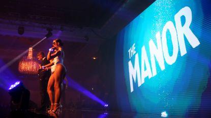 Schaarsgeklede danseressen zorgen voor controverse op uitreiking 'Speler van het Jaar' in Premier League