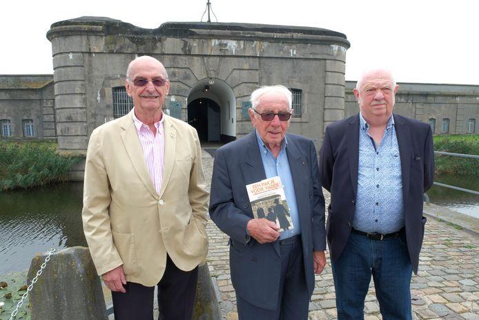 Edmond Eycken (voorzitter van NCPGR; schreef het voorwoord), Rik Van Bever en auteur Danny Carleer met het boek 'Een pakje voor mijn vader', voor het Fort van Breendonk.