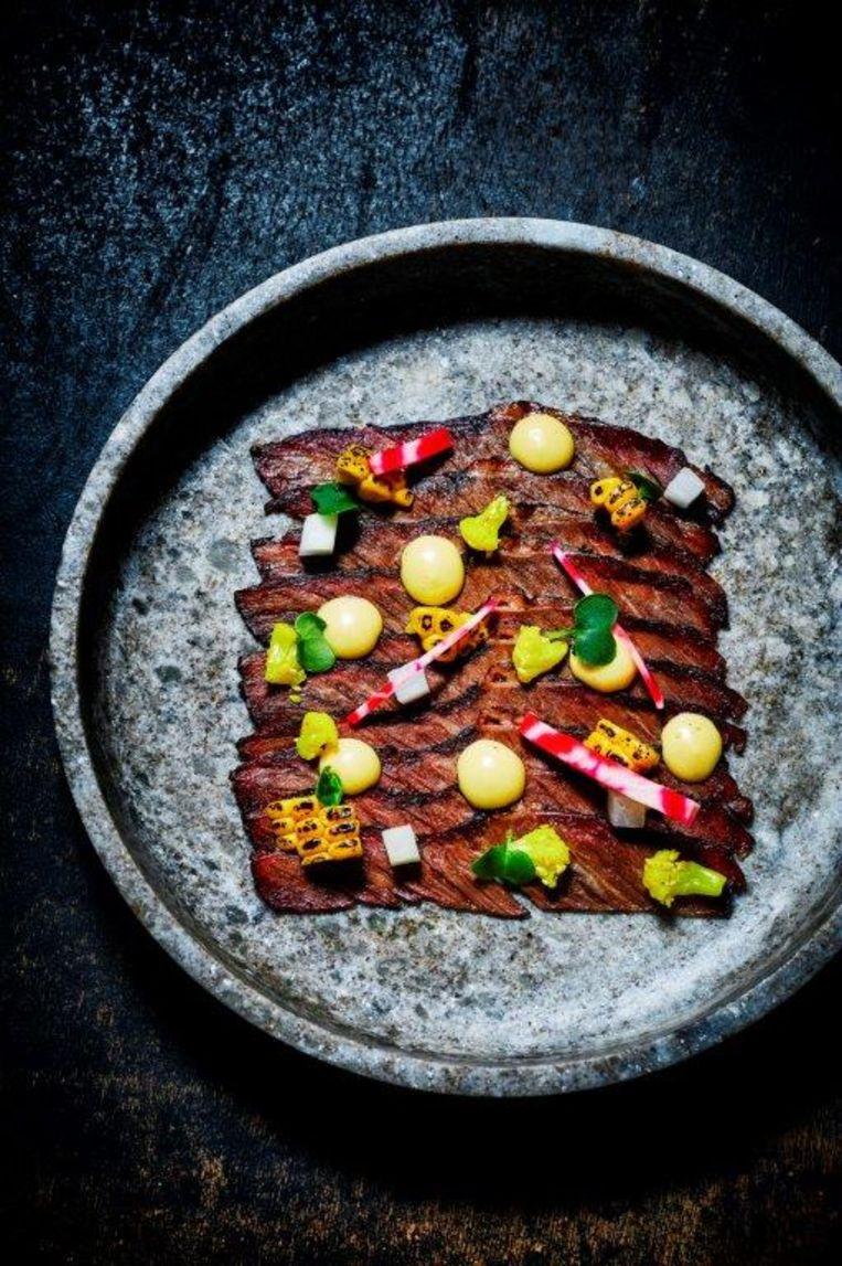 Smoked beef rip carpaccio afgewerkt met gepekelde groenten