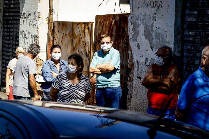 Le Brésil peut actuellement effectuer jusqu'à 6.700 tests quotidiens de dépistage dans des laboratoires agréés mais en nécessitera entre 30.000 et 50.000 lors de la période critique à venir. Le géant latino-américain de 210 millions d'habitants a officiellement répertorié 10.278 malades du coronavirus et déplore 432 décès.
