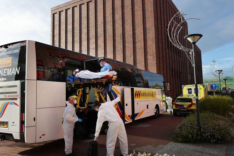 Een ambulancebus brengt zes coronapatiënten van de Randstad naar Limburg. Beeld Arie Kievit