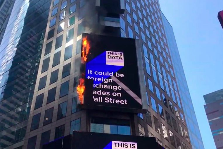 Reclamebord in brand op Times Square in New York.