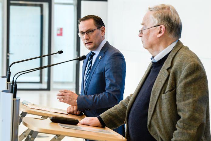 Fractievoorzitter en voormalig partijvoorzitter Alexander Gauland (R) en covoorzitter Tino Chrupalla (L) tijdens een persverklaring na het nieuws over de verdenking van rechts-extremisme.