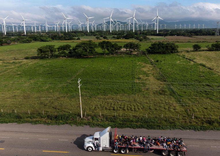 Zo komen de migranten steeds noorderlijker: meeliften op lege trucks. Beeld AFP