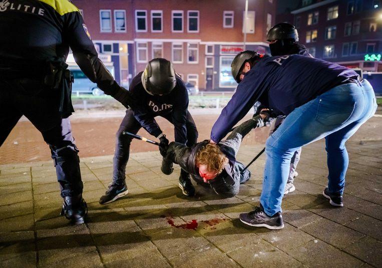 Een man wordt gearresteerd in Rotterdam. Beeld EPA