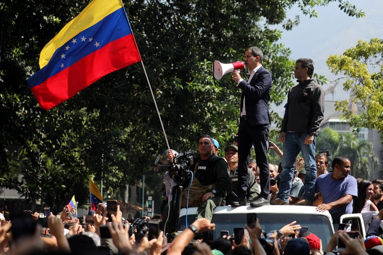 Juan Guiado (links) en de Venezolaanse oppositieleider Leopoldo Lopez spreken hun aanhangers toe. Beeld EPA