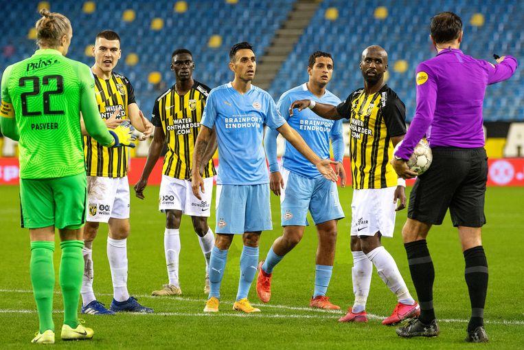 Bas Nijhuis zorgt voor chaos als hij eerst PSV een penalty wil geven in blessuretijd. Beeld Guus Dubbelman / de Volkskrant