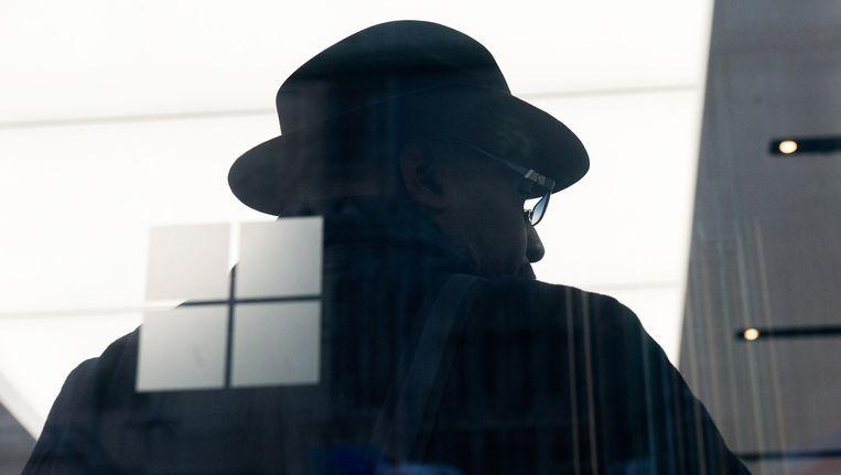 Een klant leunt tegen het raam van een Microsoft-winkel in New York. Beeld afp