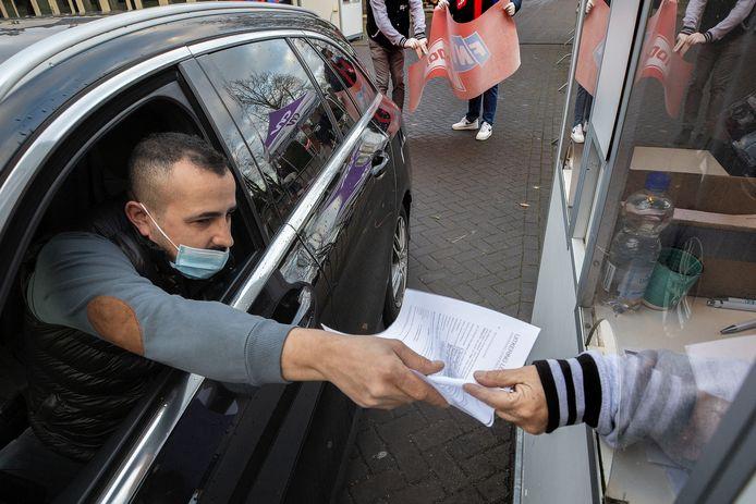 Inschrijven voor de staking in het kader van de metaal-cao donderdag in Eindhoven.