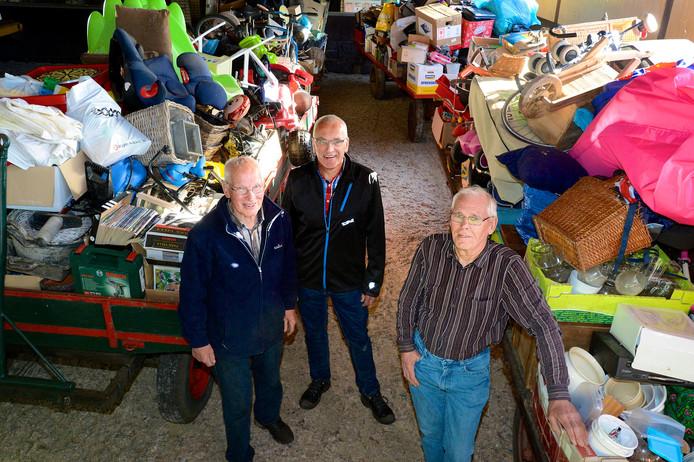 Van links naar rechts: Bennie Steggink, Erik Huiskes en Gerrit Ensink, vrijwilligers die betrokken zijn bij de organisatie van de Boeldag in Rossum. Foto: Toma Tudor