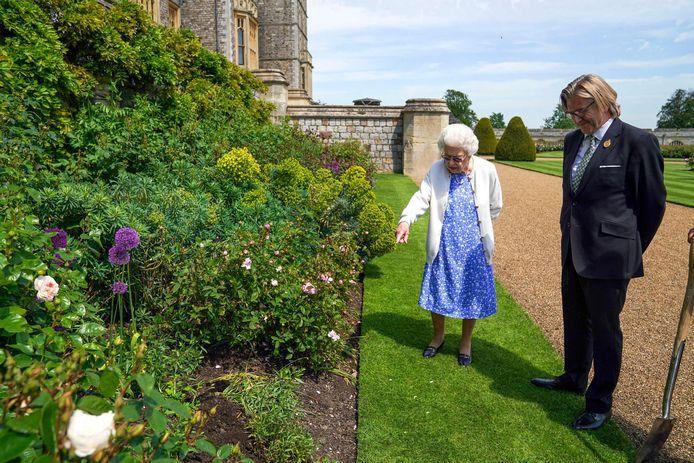 Queen Elizabeth II plant een roos op Philips verjaardag.