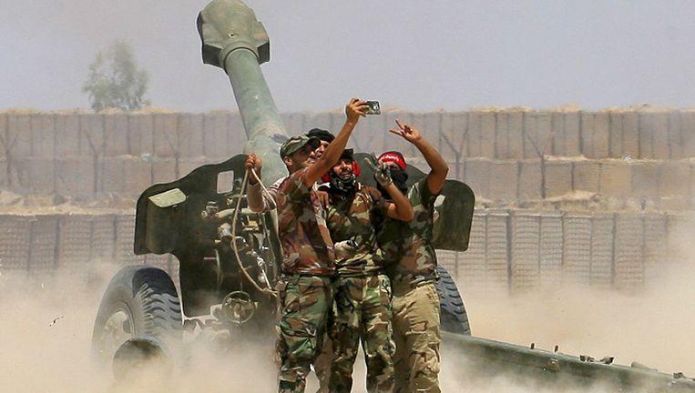 Strijders maken een selfie tijdens artilleriebeschietingen op de door IS bezette Iraakse stad Fallujah, eind mei. Beeld AP