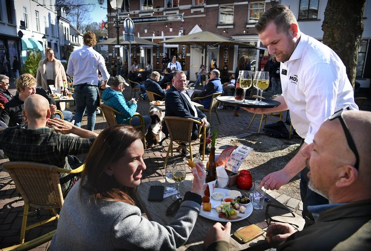 Een open terras in Breda als protest tegen de horecamaatregelen.  Beeld Marcel van den Bergh