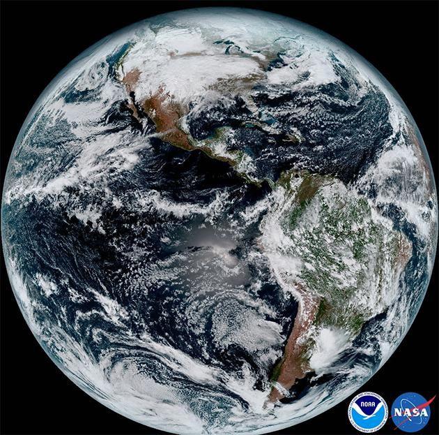 De aarde door de lens van satelletiet GOES-16 in 2017.