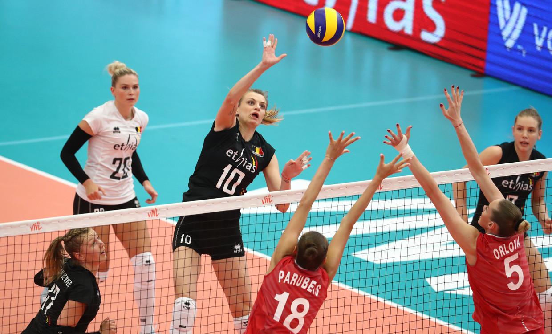 De Belgische Dominika Sobolska probeert het Russisch blok te omzeilen in het Nations League-duel in Kortrijk, begin juni. Beeld BELGA