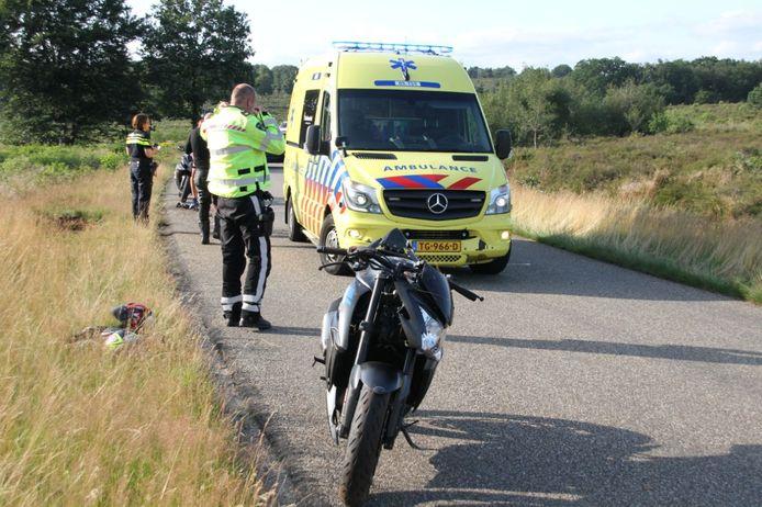 De motorfiets is beschadigd. Hoe het met de bestuurder gaat, is niet bekend.