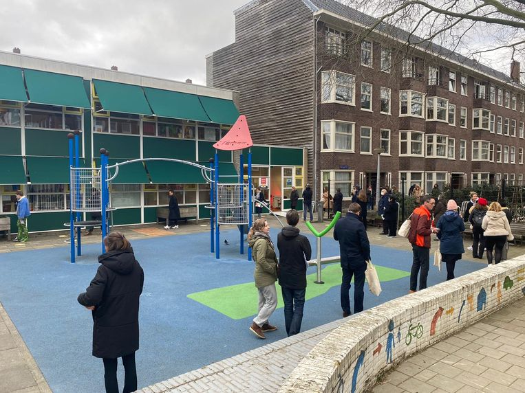 Bij Basisschool de Roos werd rond 16.00 uur alweer druk gestemd. Beeld Laura Obdeijn