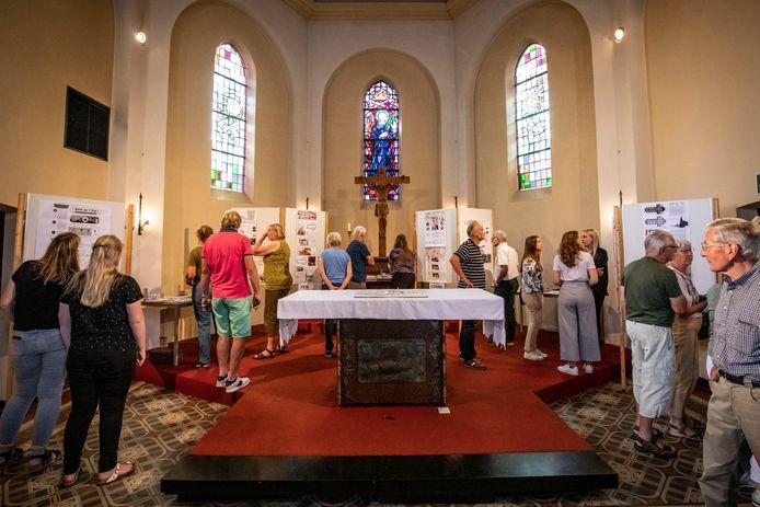 Studenten en inwoners in gesprek over de nieuwe invulling van de kerk in Rekken.