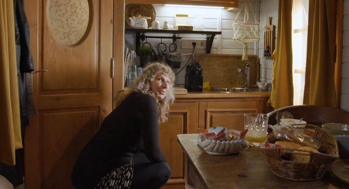 Xandra hield bij het openen van de koelkast het deurknopje in haar handen.