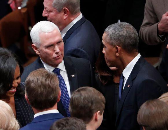Voormalig president Obama praat met huidig vicepresident Mike Pence.