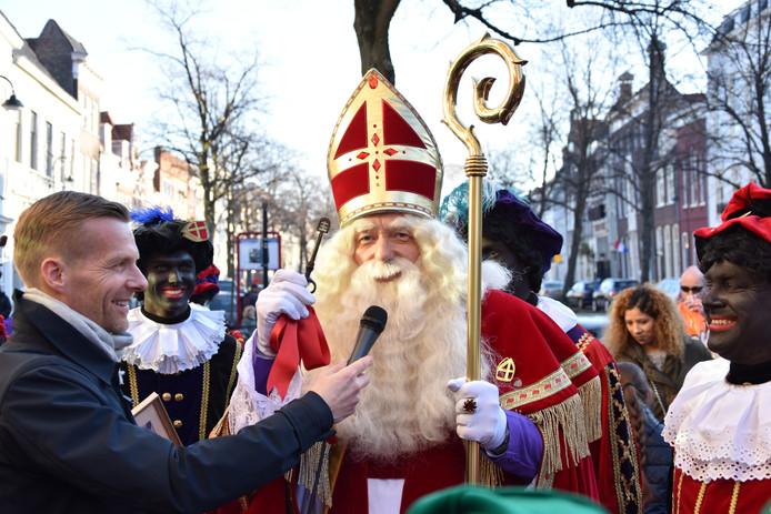De Sint wordt meteen het vuur aan de schenen gelegd.
