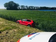 Auto belandt in sloot op Randweg in Genemuiden: slachtoffer naar ziekenhuis