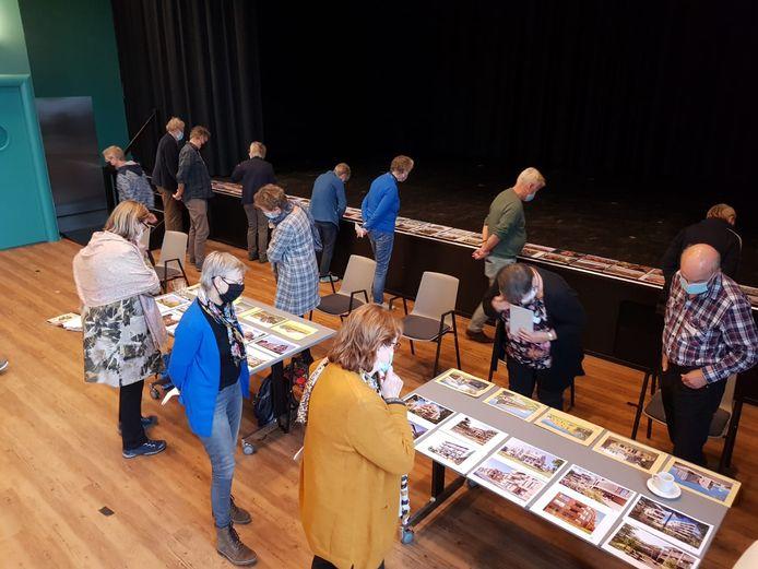 Een workshop voor de leden van Grijs en Groen Wonen in het Holstohus in Olst waar gekeken werd naar ontwerpen voor huizen.