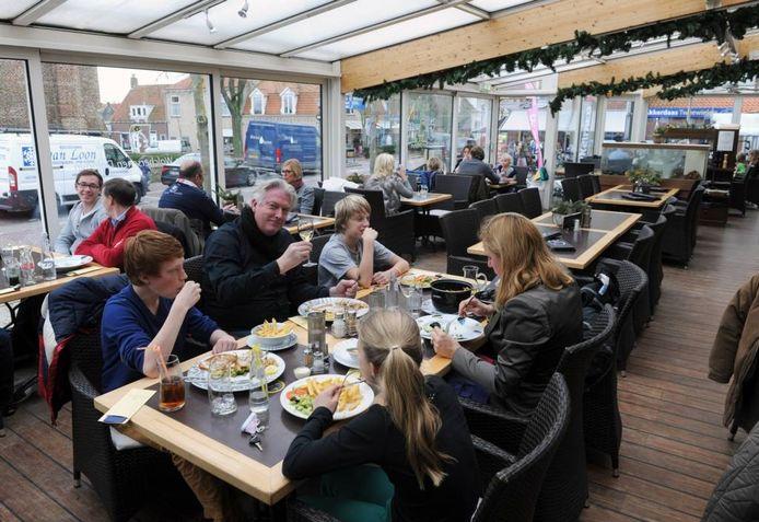 Eten in de serre van In Den Walcherschen Dolphyn in Domburg is in trek.foto's Izaäk Verkeste