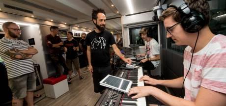 Muzikanten komen samen in John Lennon Bus in Apeldoorn
